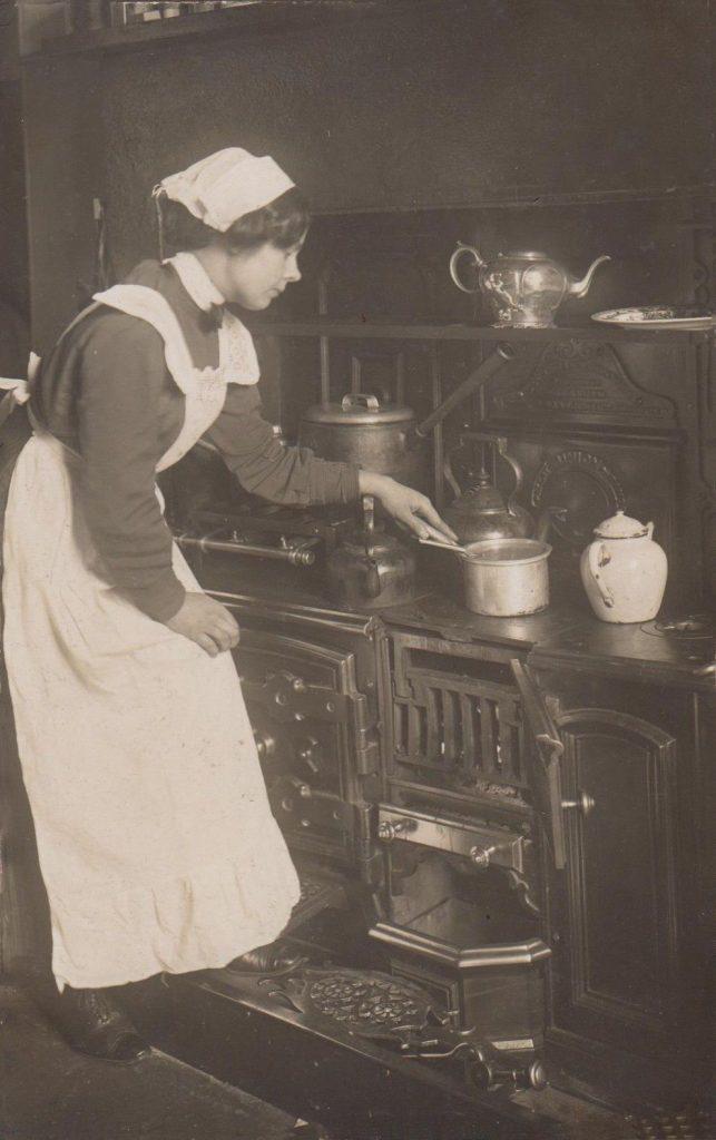 Victorian servant closed cast iron range